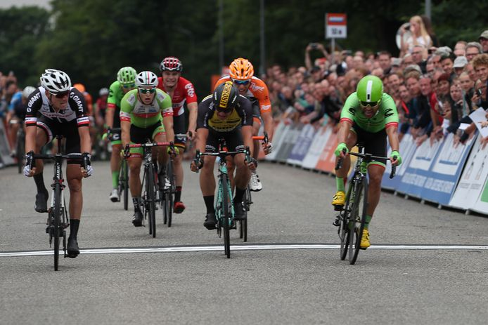 Vorig jaar won Ramon Sinkeldam (links) het NK Wielrennen in Montferland voor Wouter Wippert (rechts) en Dylan Groenewegen.