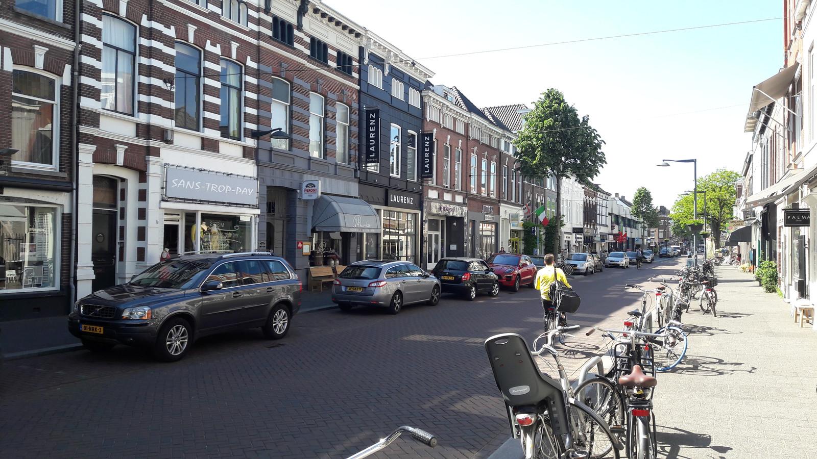 De Ginnekenweg met links Laurenz Haarstudio (het donkere pand).