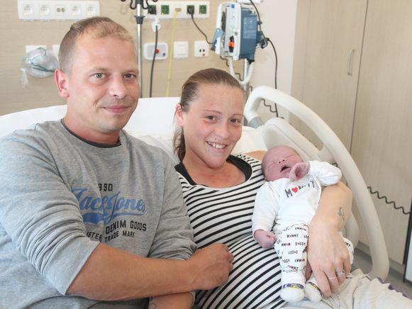 David De Tollenaere en Sabrina Delaere werden donderdagmiddag in een ziekenwagen mama en papa van hun zesde kind: Mayllo.