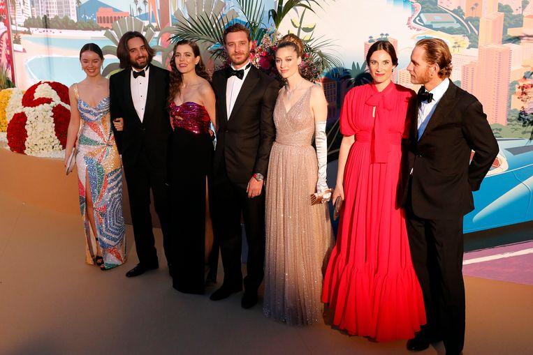Van links naar rechts: Prinses Alexandra of Hanover, Dimitri Rassam, Charlotte Casiraghi, Pierre Casiraghi, Beatrice Boromeo, Tatiana Santo Domingo en Andrea Casiraghi op het Rozenbal in Monaco op 30 maart 2019.  Beeld EPA