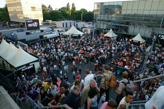 Op 12 juli 2003 tijdens het North Sea Jazz Festival in Den Haag is het druk op het Statenplein naast de Statenhal.