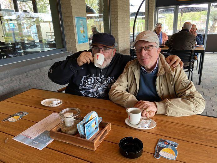 Vader Johnny en zoon Gert drinken een koffietje na het middagmaal
