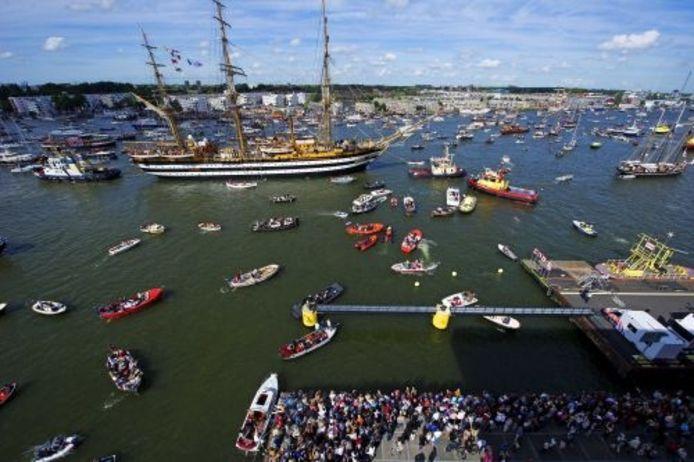Historische schepen varen over het IJ in Amsterdam tijdens Sail 2010. ANP