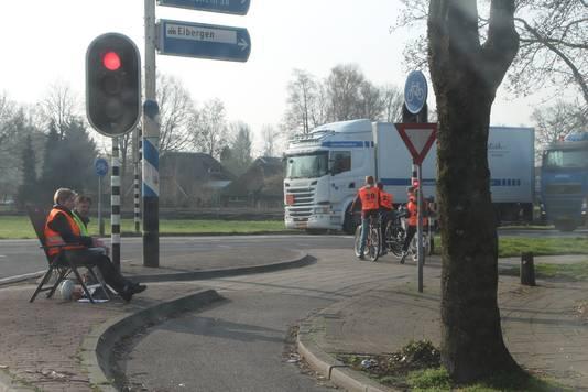 Op 2 plaatsen moeten de examenkandidaatjes de Twenteroute/N18 oversteken.