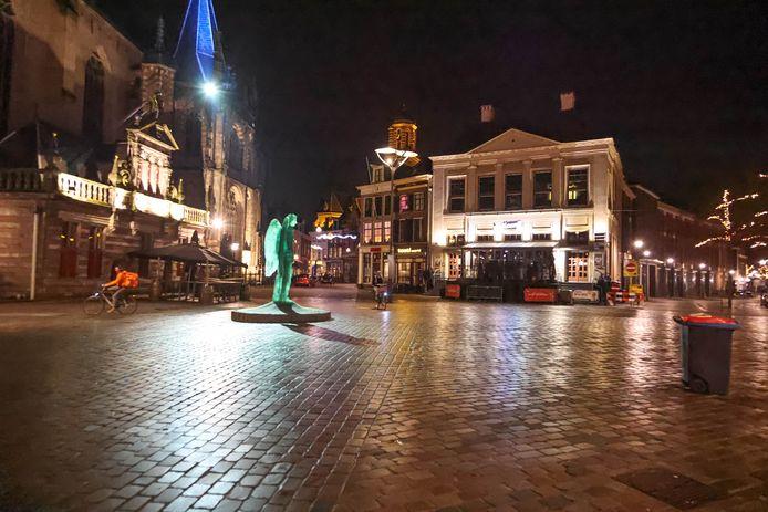 De Grote Markt in Zwolle, kort na negen uur 's avonds.
