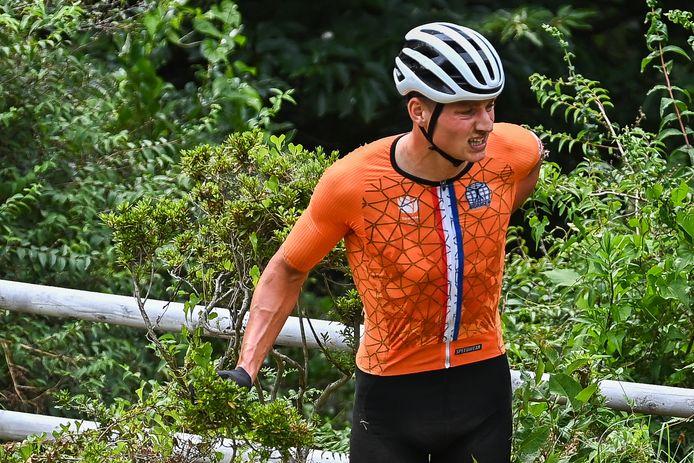 Uiteindelijk stapte Mathieu van der Poel toch weer op de fiets.