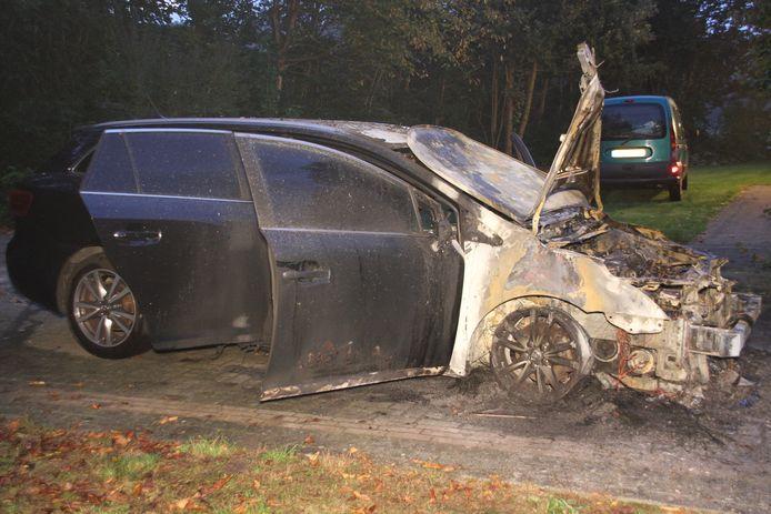 De voorkant van de auto brandde volledig uit