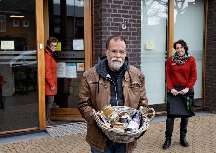 José Gerrits, Leo Smiet en Babke Aarts (vlnr) hebben een boodschappendienst in Helenaveen opgezet.