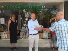 Weggeefwinkel in Hengelo overhandigt petitie voor nieuw onderkomen: 'Wij zijn noodzakelijk'
