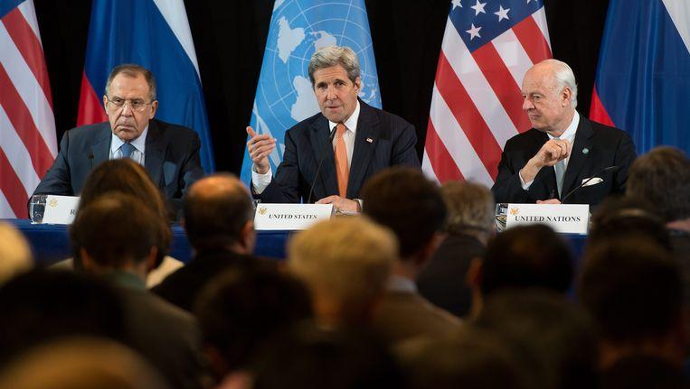 De Russische minister van Buitenlandse Zaken Sergei Lavrov, de Amerikaanse minister van Buitenlandse Zaken John Kerry en de VN-gezant voor Syrië Staffan de Mistura. Beeld EPA