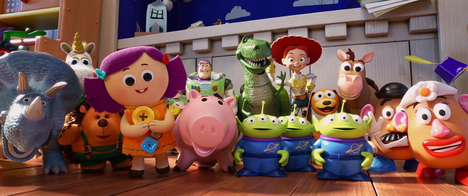 Van links naar rechts: Trixie, Buttercup, Mr. Pricklepants, Dolly, Buzz Lightyear, Hamm, Rex, de aliens, Jessie, Slinky Dog, Bullseye en Mr. en Mrs. Potato Head.