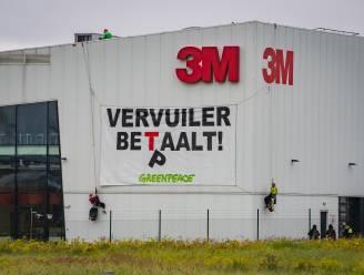 "Demonstranten Greenpeace beklimmen dak 3M: ""De vervuiler betaalt"""