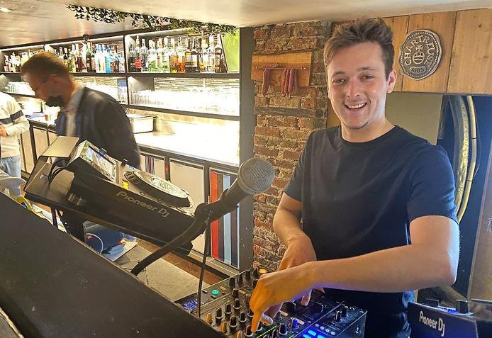 En of Jeremy Jacobs blij is, binnenkort kan hij eindelijk eens voor een live publiek draaien. Die kans krijgt hij in Café 56 in Kortrijk, zodra de coronamaatregelen het toelaten.