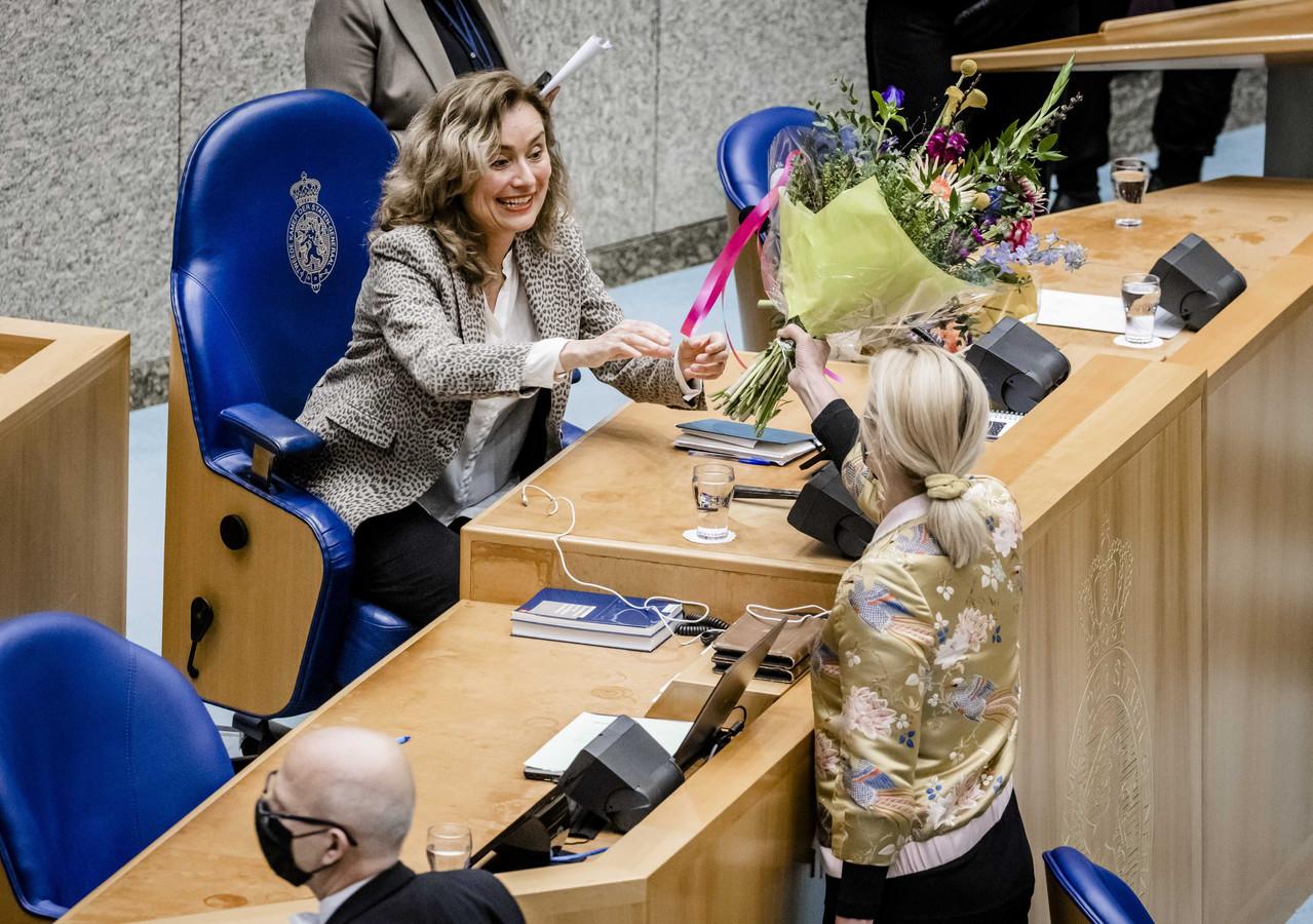 Sigrid Kaag (D66) geeft bloemen aan partijgenote Vera Bergkamp nadat zij is verkozen tot de nieuwe voorzitter van de Tweede Kamer.