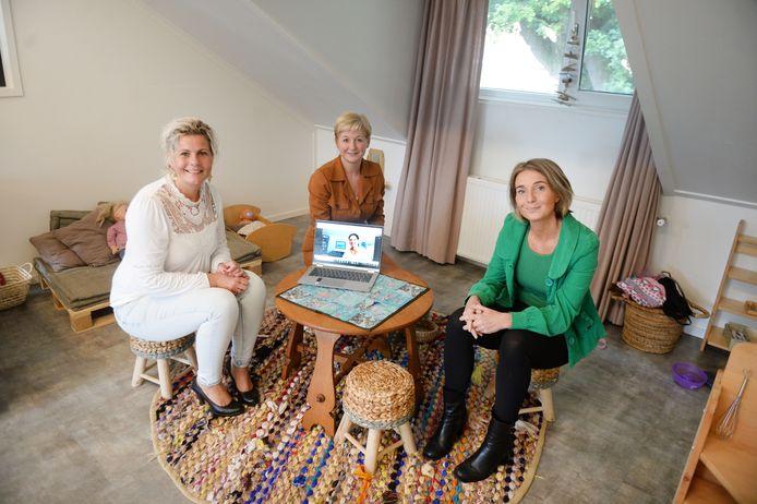 Monique Engberink (midden) en Kim Huiskes van ExpeditieWijz met Oyfo-directeur Lous Kerkhof (rechts).