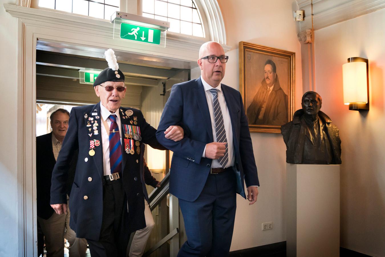 Oorlogsveteraan Douglas Farrington met de Bossche burgemeester Jack Mikkers.