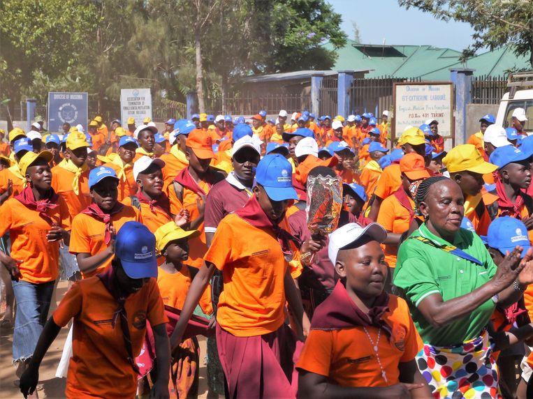 Tanzaniaanse meisjes die zijn gevlucht voor besnijdenis worden opgevangen op een speciaal schoolterrein in het land.   Beeld ilona eveleens