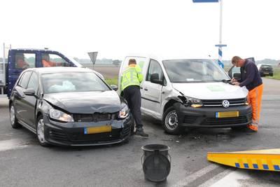 Auto en bestelbus botsen tegen elkaar bij Vriezenveen