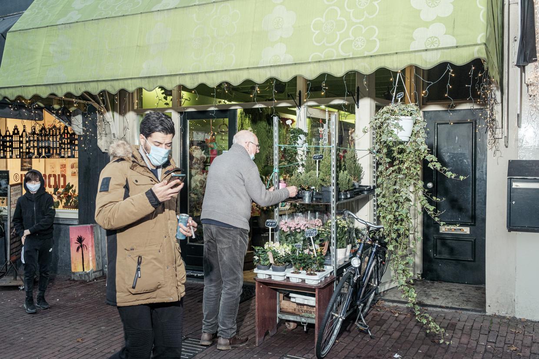 Miranda's Bloemenboetiek in de Spaarndammerstraat heeft de koopwaar voor de deur uitgestald. Beeld Jakob van Vliet