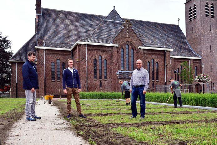 vlnr: René van Bedaf (adviseur water), Tony Oomes (adviseur groen) en wethouder René Lazeroms in het nieuwe parkje bij de kerk. Onderdeel van het centrumplan Rucphen, waarmee de gemeente een sprong maakte in het NK Tegelwippen.