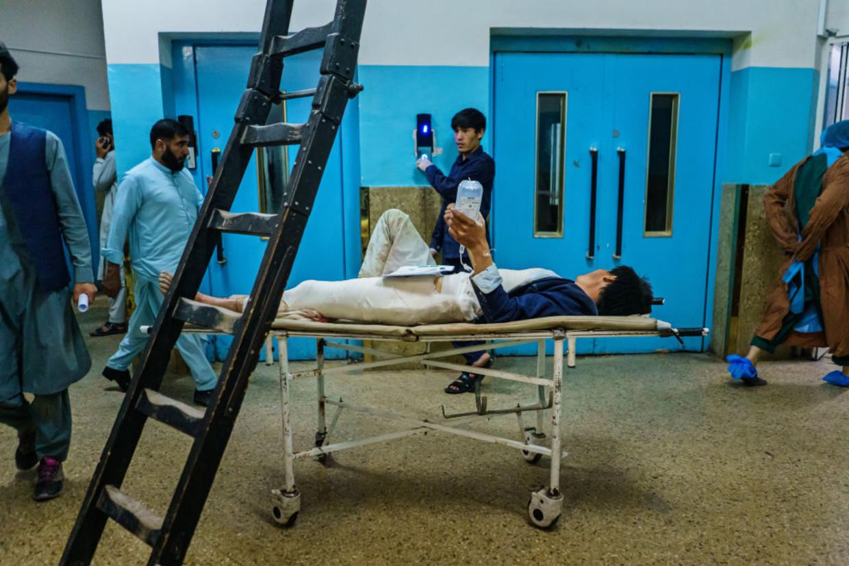 Een gewonde man in het Wazir Akbar Khan Hospital in Kaboel, na de aanslagen op het vliegveld Beeld Los Angeles Times via Getty Imag