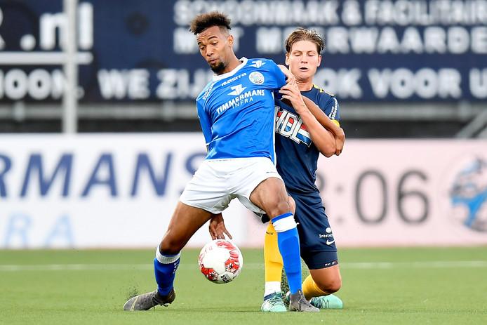 Ryan Trotman wordt fel op de huid gezeten door Maarten Peijnenburg van FC Eindhoven. De aanvaller van FC Den Bosch liep in de wedstrijd van vorige week een scheurtje in zijn enkel op.