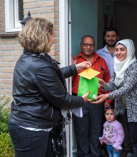 Vluchtelingenwerk Son en Breugel deelt cadeautjes uit om eens thee te drinken met buren
