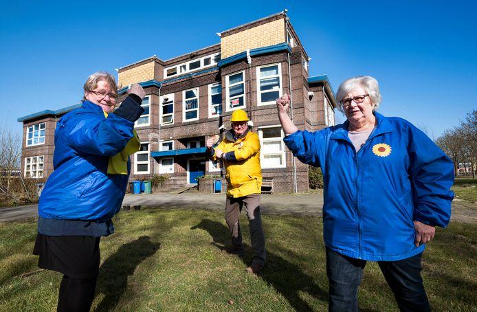 Gemeenteraadsleden Lenie van Leeuwen van LijstvanderDoes (links), Hendrie van Assem (Inwonersbelangen) en Lia Arentshorst eveneens van LijstvanderDoes zijn strijdvaardig. Ze willen hoe dan ook dat er ouderenhuisvesting komt in het voormalige schoolgebouw van het Minkema College.