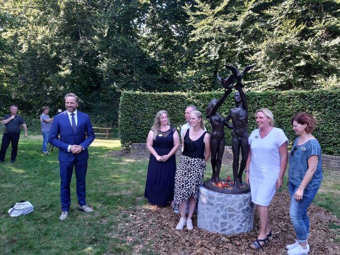 Onthulling standbeeld door prinses Margriet in Oisterwijk, met muzikale inbreng van Wibi Soerjadi. Onder andere Erik Schrerder, Yvon Jaspers en Hugo de Jonge zijn aanwezig.