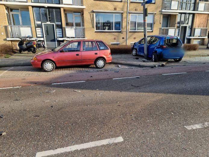 Schade aan de Pruisische Veldweg in Hengelo nadat een auto op een geparkeerde auto is gebotst.