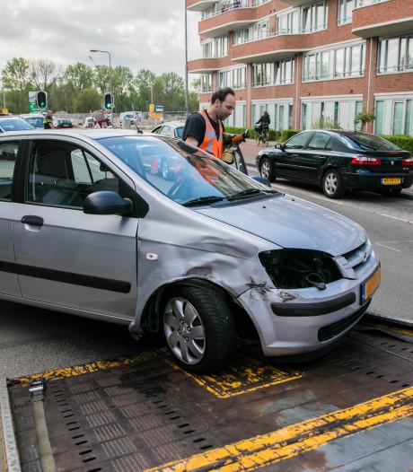 Vrouw raakt afgeleid door wesp en botst tegen geparkeerde auto