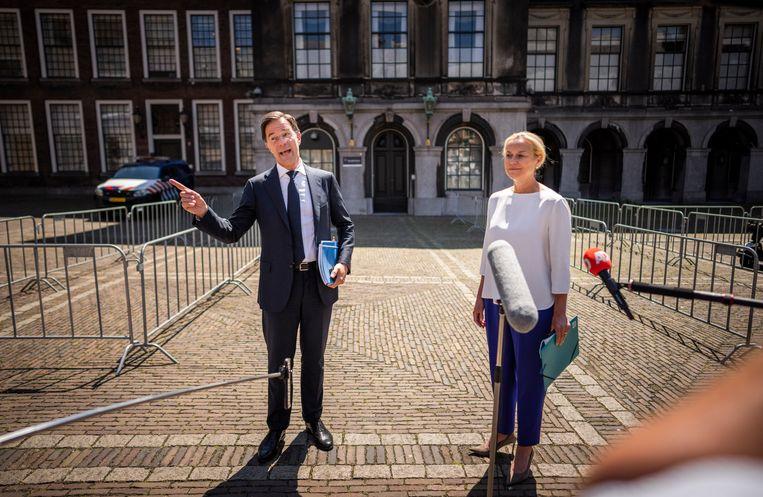 Sigrid Kaag (D66) en Mark Rutte (VVD) na afloop van hun gesprek met informateur Mariette Hamer. Beeld Freek van den Bergh/VK