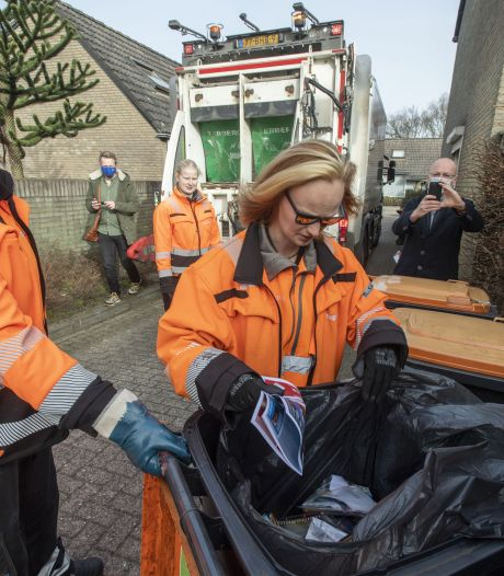 'Afvalwroeters' checken containers voor plastic afval in Hengelo: 'Wat zijn dit? Luiers?'