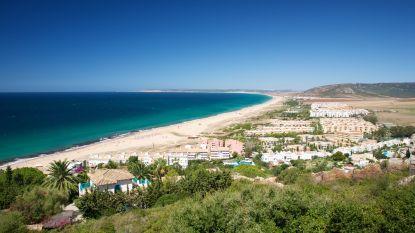 """Spaanse kustgemeente besproeit strand met bleekmiddel: """"Ecologische schade niet te overzien"""""""