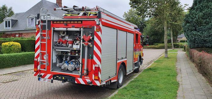 De brandweerwagen liep tijdens de verkenningsrond lichte schade op bij een aanrijding op de smalle omleidingsweg.