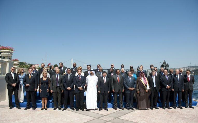 Diplomaten van over de hele wereld poseren tijdens het vierde overleg van het Internationale Contactorgroep Libië voor een groepsfoto in Instanbul. Beeld afp