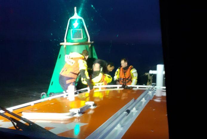 De bemanning van de Jan van Engelenburg tilt de onfortuinlijke en verkleumde kitesurfer aan boord.