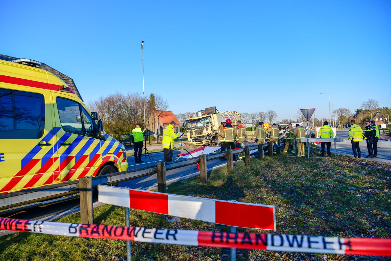 Vijf Roemenen kwamen op maandag 19 maart om het leven toen het busje waarin ze reden een vrachtwagen raakte op de Helmondsingel tussen Deurne en Helmond.
