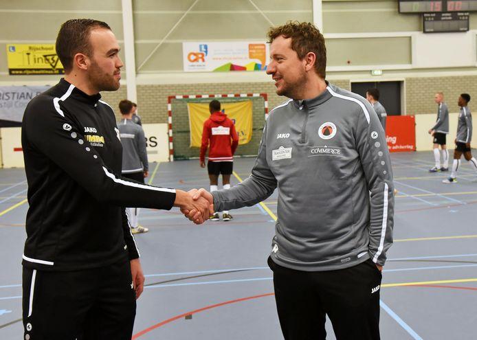 Breskens-trainer Soufian Dooms (links) en Jarno Waebeke van Terneuzen schudden elkaar de hand tijdens het Soccertoernooi, ongeveer anderhalve maand voor de eerste Nederlandse coronabesmetting.