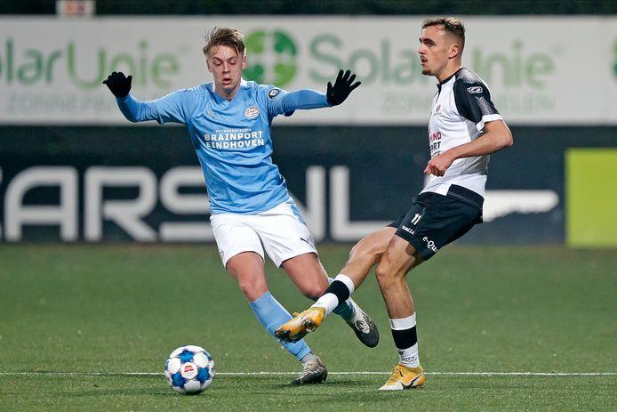 Robin Schoonbrood (l) speelde dit seizoen nog met Jong PSV tégen Helmond Sport.