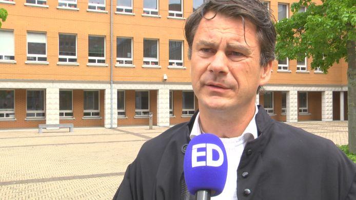 Volgens advocaat Jan-Hein Kuijpers kan zijn cliënt niet op tijd in Nederland zijn vanuit de Oekraïne. Hij wordt nu berecht door het gerechtshof via een videoverbinding.