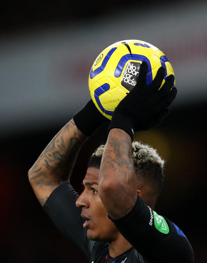 Oranje-verdediger Patrick van Aanholt bij Crystal Palace met een bal tegen racisme.