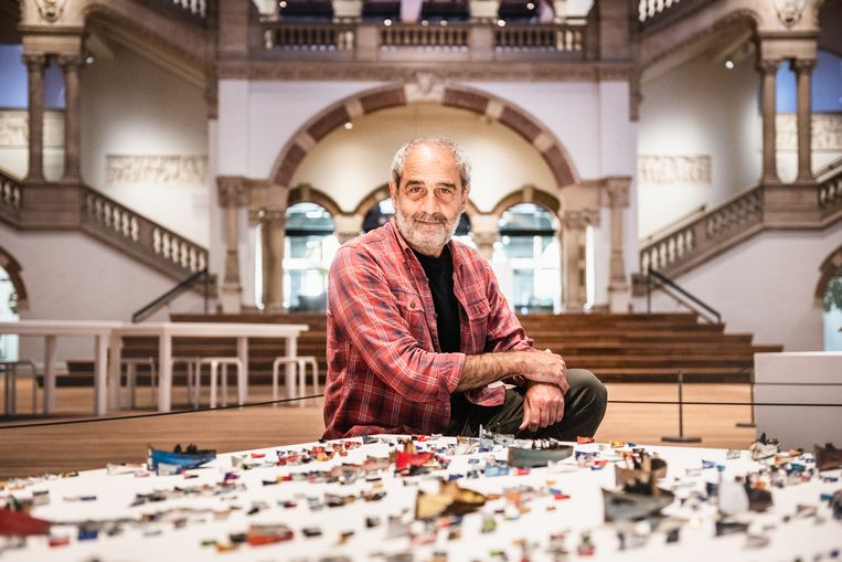 Issam Kourbaj in het Tropenmuseum Amsterdam. Beeld Simon Lenskens