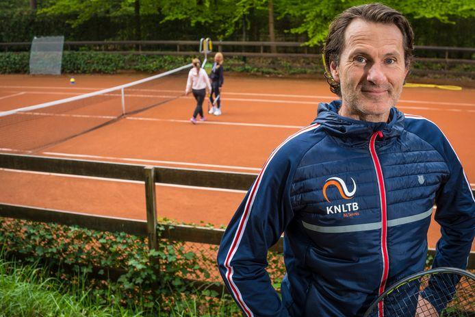 Door corona is de tennissport na jaren van daling weer fors gegroeid. Combineer dat met de populariteit van padel en tennisclubs komen voor nieuwe keuzes te staan, merkt KNLTB-directeur en oud-prof Jacco Eltingh uit Epe.