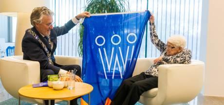 Niet op bezoek bij de koning, wel koffie met de burgemeester; 105-jarige krijgt eerste koningsdagvlag