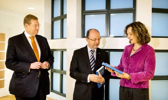 Paul Schnabel, voorzitter van de Adviescommissie Voltooid Leven, ministers Edith Schippers (Volksgezondheid, Welzijn en Sport) en Ard van der Steur (Veiligheid en Justitie).