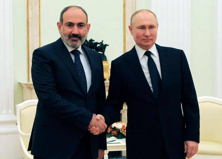 De Azerbeidzjaanse premier Nikol Pasjinian (L) met de Russische president Vladimir Poetin tijdens een ontmoeting  in Moskou.  Russia.  Beeld AP
