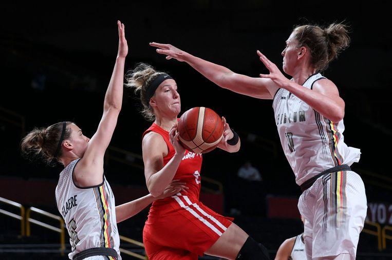 Antonia Delaere en Emma Meesseman verdedigen op de Puerto Ricaanse Ali Gibson, in de Saitama Super Arena. Beeld AFP