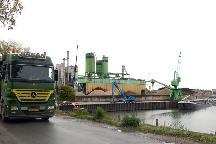 De asfaltfabriek van Bruil is weg, de betonfabriek wil uitbreiden in de Wageningse haven
