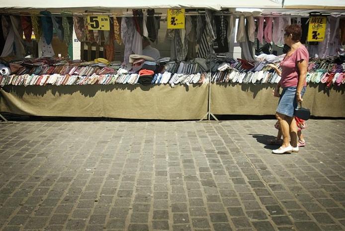 Warenmarkt in de Burchtstraat in Nijmegen op archiefbeeld.